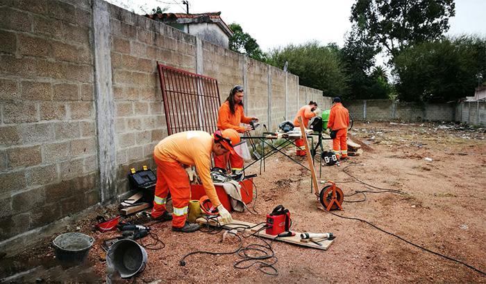 Se continuó los trabajos en predio de propiedad municipal para deposito | Florencia esq. Victor Manuel