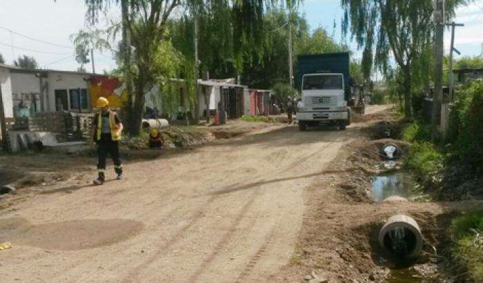 Obras de mantenimiento vial en Asentamiento 24 de Junio.
