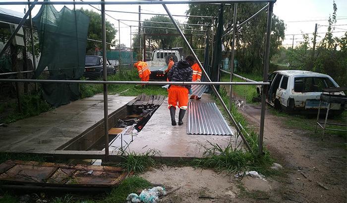 Se entregaron chapas a vecinos de bajos recurso afectados por los fuertes vientos y granizadas.