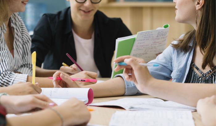 los cursos de Administraciónde Empresas, Periodismo Social y Locución